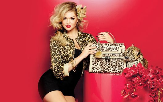 Обои Кейт Аптон / Kate Upton (Guess Accessories Fall 2011) на красном фоне с леопардовыми вещами и маленьким леопардом