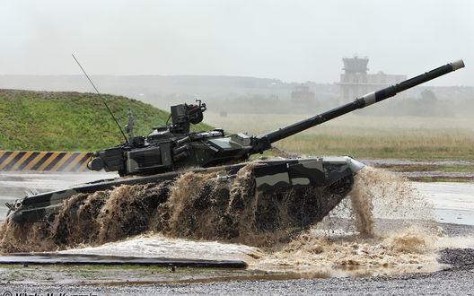 Обои Танк Т-90а, состоящий на вооружении Вооруженных Сил России, преодолевает водную преграду