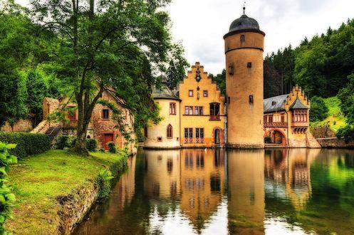Обои Замок Меспельбрунн / Mespelbrunn, Германия / Germany расположен на живописном озере на фоне ярко-зеленых деревьев