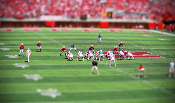 Обои Игра в американский футбол на стадионе с эффектом тилт шифт / tilt shift