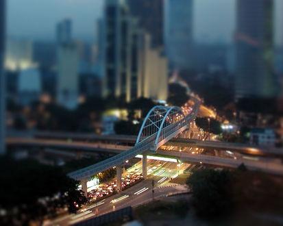 Обои Мост-дуга в центре города над дорогой, освещённой множеством фонарей с эффектом тилт шифт / tilt shif