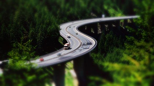 Обои Машины на изогнутой дороге с эффектом тилт шифт / tilt shift