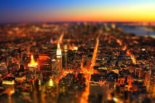 Обои Небоскребы мегаполиса на фоне желто-красного заката, с эффектом тилт шифт / tilt shift