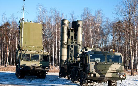 Обои Зенитный ракетный комплекс С-400 'Триумф' занял боевую позицию для участия в учениях  зимой  на фоне березовых деревьев и голубого неба