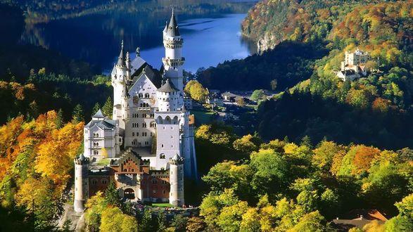 Обои Замок Нойшвайштайн / Neuschwanstein, Земля Бавария / Bayern, Германия / Germany на фоне деревьев, покрытых осенними листьями