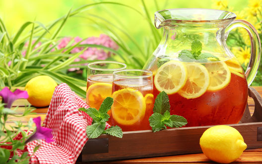 Обои Освежающий чай с лимоном с веточками мяты и лимоном