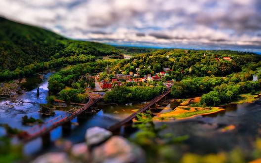 Обои Панорама города Харперс-Ферри, Западная Вирджиния, Соединенные Штаты Америки / Harpers Ferry, West Virginia, United States с эффектом тилт шифт / tilt shift