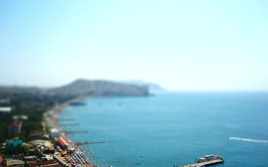 Обои Полуостров Крым,город Судак, морская набережная на фоне гор и голубого неба, с эффектом тилт шифт / tilt shift