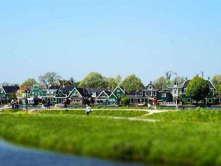 Обои Дома и деревья на берегу реки с эффектом тилт шифт / tilt shift