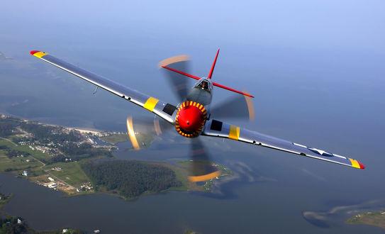 Обои Самолет North American P-51 Mustang / Норт Америкэн Р-51 Мустанг-американский истребитель периода Второй Мировой войны пролетает над водным пространством с островами