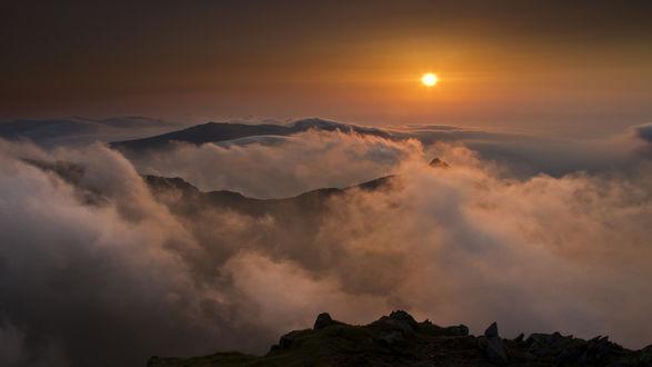 Обои Туман стелется по горам ранним утром