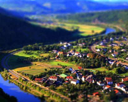 Обои Вид на деревушки в горной долине на берегу реки с эффектом тилт