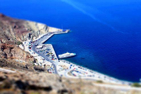 Обои Пристань острова Санторини в Эгейском море с эффектом тилт шифт / tilt shift