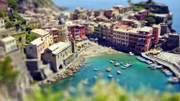 Обои Небольшая морская бухта с многочисленными лодками на фоне многоэтажных домов, с эффектом тилт шифт / tilt shift, Чинкве-Терре, Лигурия, Италия / Cinque Terre, Liguria, Italy