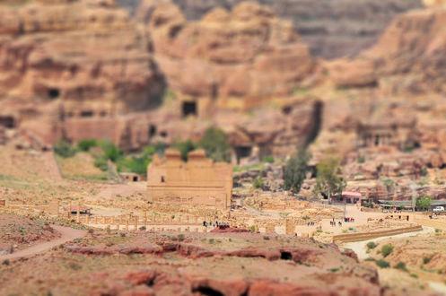 Обои Небольшое поселение в гористой местности в районе Ближнего Востока, с эффектом тилт шифт /tilt shift, Petra, Jordan / Петра, Иордания