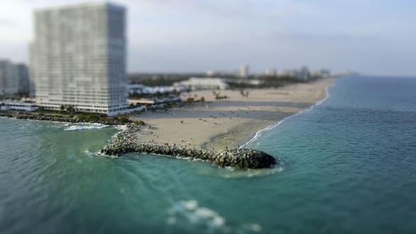 Обои Город Майами, штат Флорида,США / Miami, Florida, USA -пляж на берегу  Атлантического океана на фоне небоскреба, с эффектом тилт шифт / tilt shift