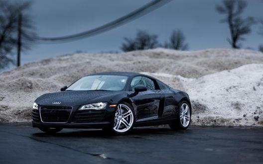 Обои Автомобиль Ауди Р-8 / Audi R-8 черного цвета стоит под дождем на фоне снежного сугроба, с эффектом тилт шифт / tilt shift