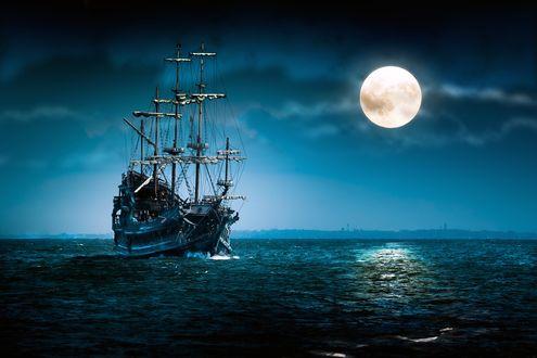 Обои Красивый корабль идёт по морю в ясную ночь при полной луне