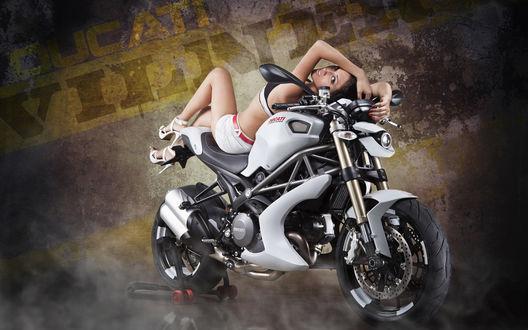 Обои Красивая девушка лежит на Дукати/ Ducatti