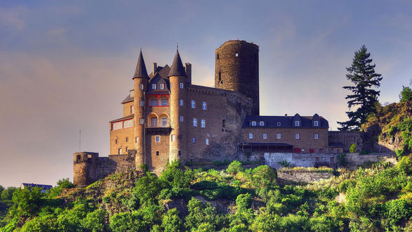 Обои Красивый замок в Германии Катц \ Germany Katz, с башнями и интересным фасадом на фоне зелени