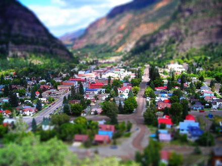 Обои Небольшой город, разместившийся среди высоких гор, с эффектом тилт шифт / tilt shift