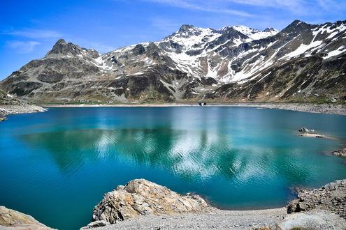 Обои Небольшое озеро среди заснеженных гор