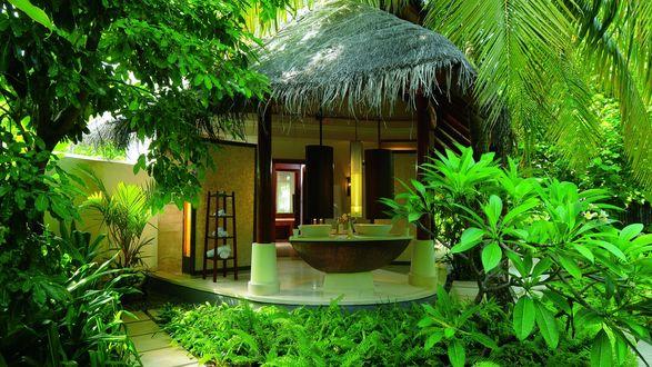 Обои Бунгало с ванной на террасе, выходящей в пальмовую рощу