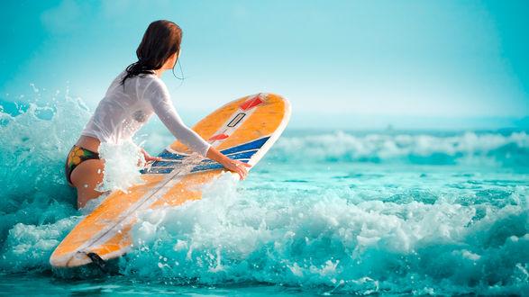Обои Девушка с доской для серфинга заходит в море