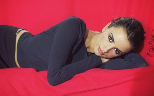 Обои Пенелопа Крус / Penelope Cruz лежит на красной материи