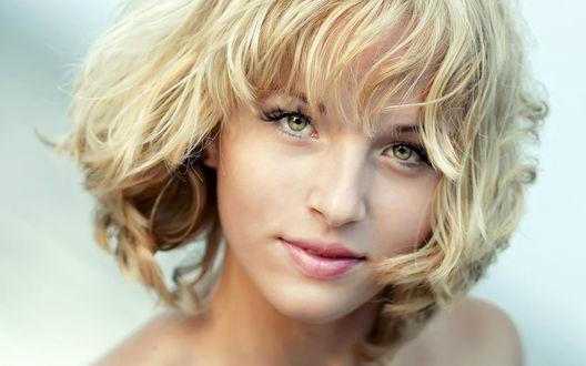 Обои Портрет блондинки с пронзительным взглядом