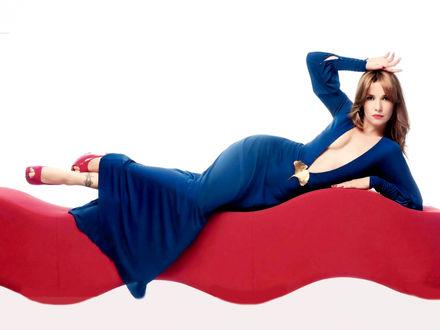 Обои Наталия Орейро / Natalia Oreiro в синем платье на красной волнистой лежанке