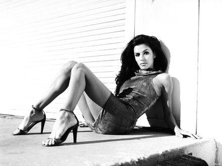 Обои Ева Лонгория / Eva Longoria сидит на земле возле стены