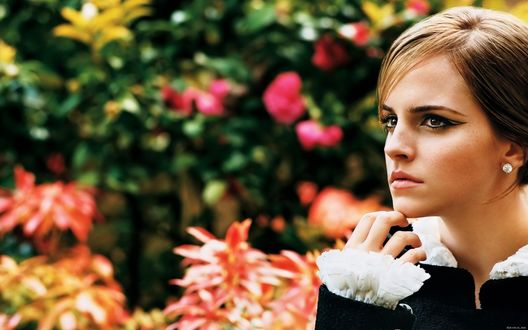 Обои Актриса Эмма Уотсон / Emma Watson среди цветов