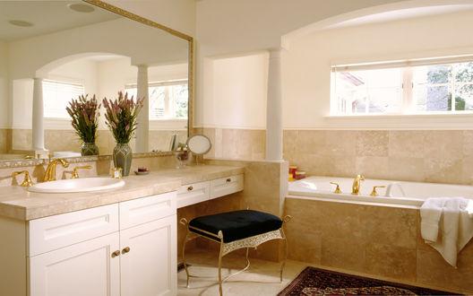Обои Интерьер уютной ванной комнаты в  классическом стиле с отделкой мрамором, возле раковины стоит букет полевых цветов