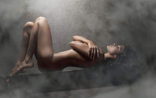 Обои Обнаженная модель Шерлин Чопра /Sherlyn Chopra лежит на столе