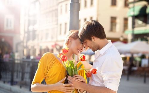 картинки парень дарит цветы: