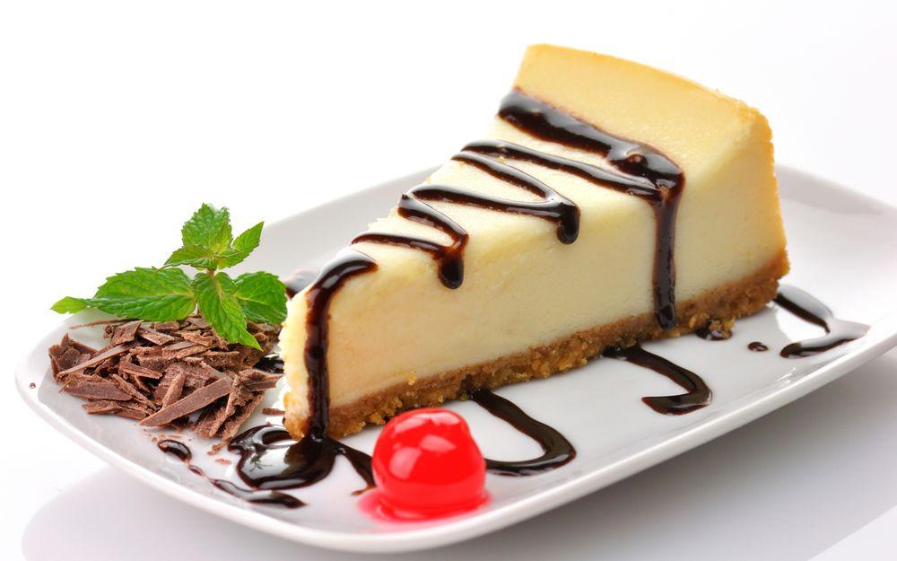 Обои для рабочего стола Чизкейк / Cheesecake политый шоколадом, вишня и шоколадная стружка с листочками мяты