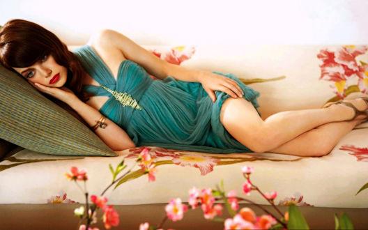 Обои Emma Stone / Эмма Стоун лежит в красивом бирюзовом платье
