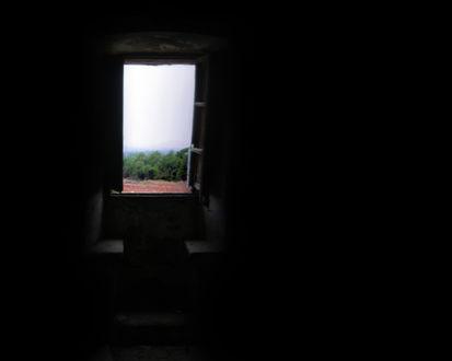 Обои Вид из окна в темной комнате