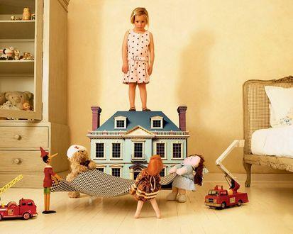 Обои Игрушки пытаются спасти девочку, которая хочет прыгнуть с крыши игрушечного домика
