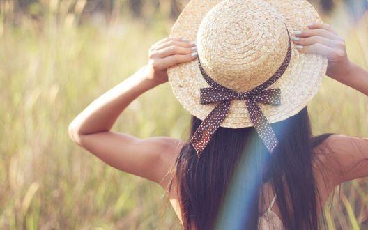Обои Девушка в соломенной шляпе в поле