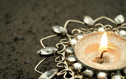 Обои Горящая свеча в красивом подсвечнике
