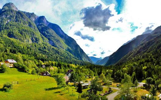 Обои Словении / Slovenia, поселение Бовец / Bovec в живописных горах
