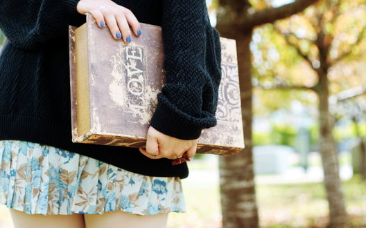 Обои Девушка с большой старинной книгой, на которой написано Love / Любовь