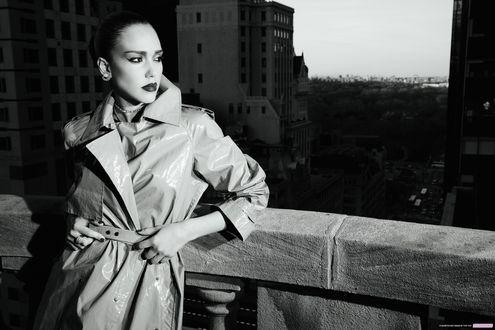 Обои Актриса Джессика Альба / Jessica Alba, в фотосессии Теша / Tesh для журнала Marie Claire, стоит облокотившись на перила на фоне города