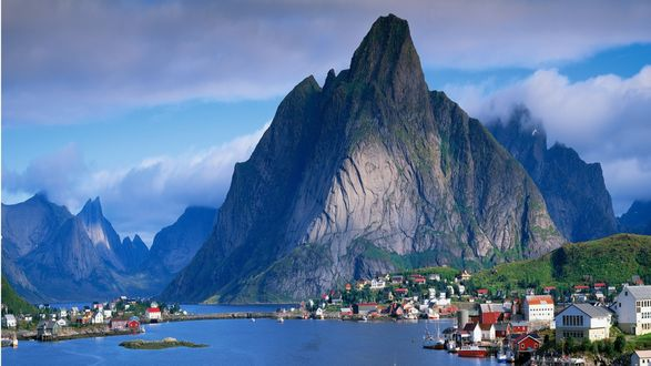 Обои Величественные горы, вершины которых скрыты облаками, расположены на берегах широкой реки, великолепие пейзажа разбавляют красочные разногабаритные домики, Gudvangen / Гудванген, Norway / Норвегия