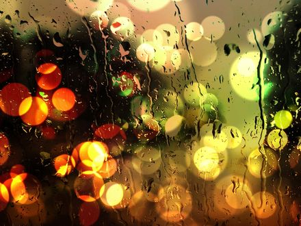Обои Разноцветные блики огней за стеклом, мокрым от дождя