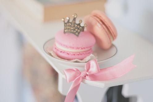 Обои Зефирное печенье с розовым бантом на блюдце с короной