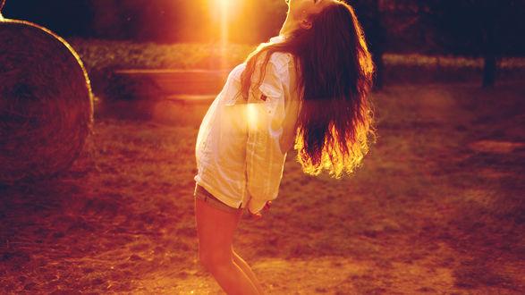 Обои Девушка радуется восходящему солнцу, подставляя лицо под теплые осенние, солнечные лучи