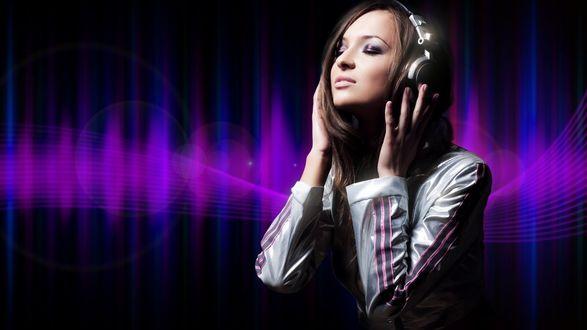 Обои Девушка-шатенка в наушниках, с наслаждением и трепетом слушает любимую мелодию